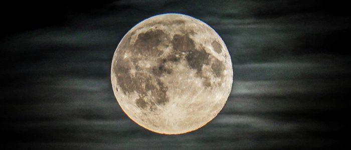 """""""الغلاف الجوي"""" للأرض يغلف القمر"""