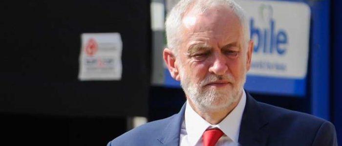 هجوم بالبيض على زعيم حزب العمال البريطاني بالمسجد