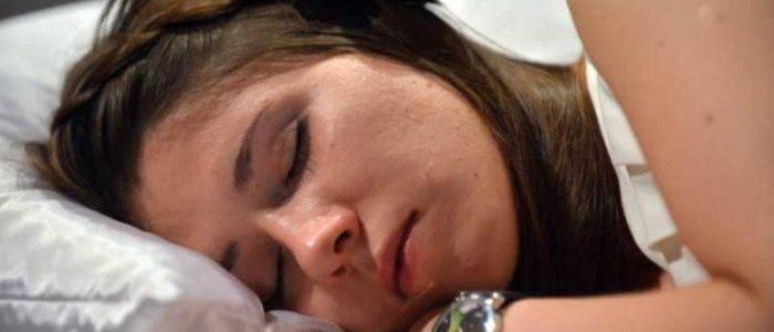 ارتداء العدسات اللاصقة خلال النوم يشكل خطراً