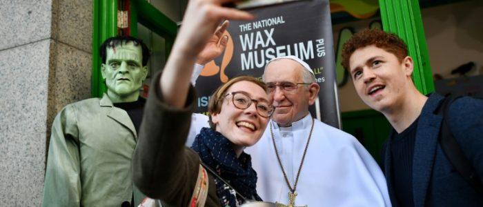 البابا فرنسيس يعزل قسا من تشيلي بسبب التحرش الجنسي بالأطفال