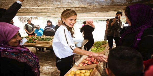 الملكة رانيا بين نساء الأردن الكادحات
