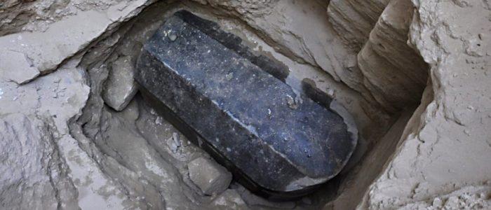 مصر تكشف أسرار التابوت الأثري الغامض الذي حيَّر العالم بـ «مياهه الحمراء»