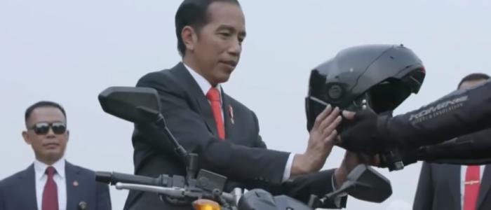 بالفيديو.. رئيس أندونيسيا يترك سيارته ويركب دراجه للتخلص من زحمة المرور