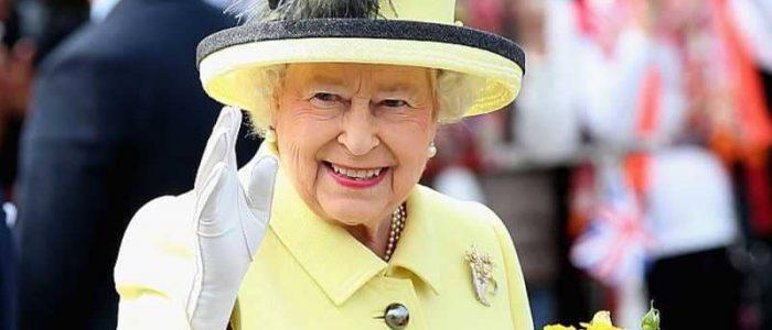 الملكة إليزابيث حصلت على يد اصطناعية للتلويح للجمهور