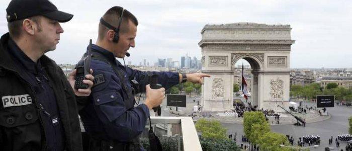 شرطة المفرقعات تخلي الشانزليزيه في باريس