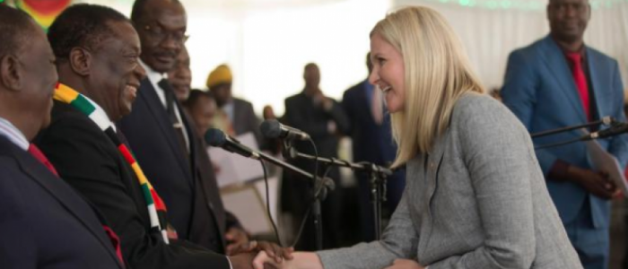 تعرف علي قصة الوزيرة الشقراء الملقَّبة بـ«الفتاة الذهبية» في حكومة زيمبابوي