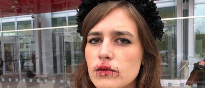 """ناشطات """"فيمين"""" يحتجن بصدور عارية وأفواه مخيطة في باريس!"""