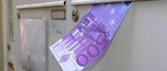 مختل عقلي يوزع آلاف اليوروهات علي الألمان في صناديق البريد