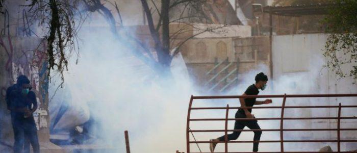 محتجون عراقيون يضرمون النار في مبنى حكومي بالبصرة