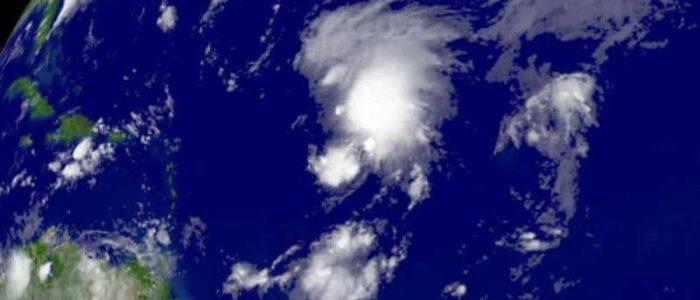 """""""إعصاران نادران"""" في وقت واحد يثيران قلقا علميا"""