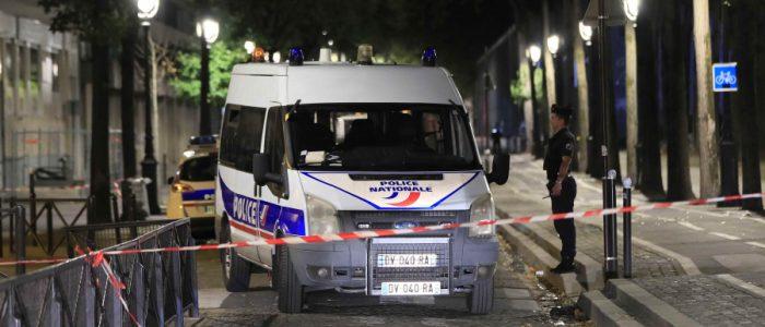 بالفيديو .. الشرطة الفرنسية تطارد رجلاً اقتحم مدرج مطار ليون