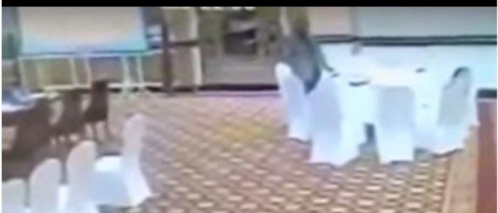 حادثة دبلوماسية محرجة .. مسؤول باكستاني يسرق محفظة أحد أعضاء وفد كويتي