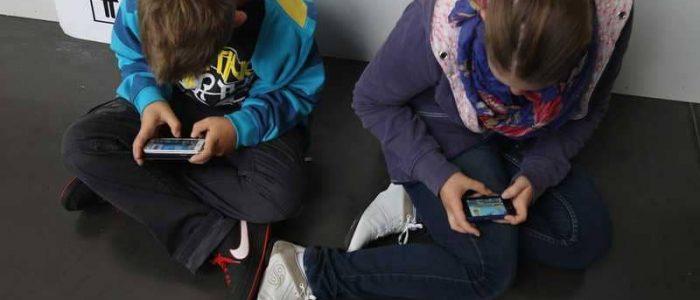 استخدام الأطفال للهاتف يعرضهم للقلق والاكتئاب ويقلل قدرتهم على ضبط النفس والاستقرار العاطفي
