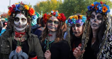 """مكسيكيون يحتفلون بـ""""يوم الموتى"""" ويرتدون ملابس مرعبة"""