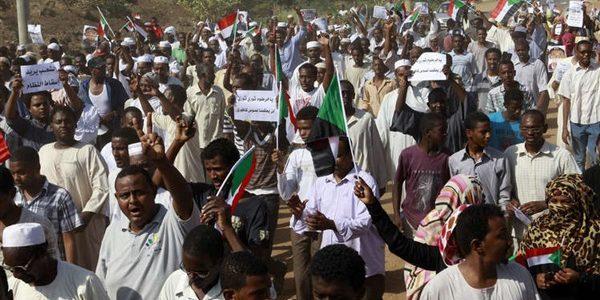 """تزامنا مع الاحتجاجات… وزير دفاع السودان ورئيس الأركان: لن نسمح بـ""""سقوط الدولة"""""""