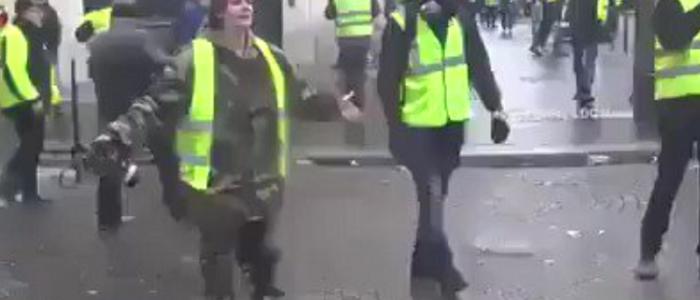 فرنسية تبكي بحرقة وتخاطب الشرطة: انظروا ماذا تفعلون بنا.. اخجلوا من أنفسكم!
