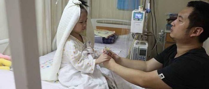صيني يقيم حفل زفاف لطفلته في المستشفي