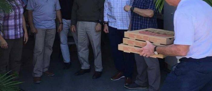 جورج بوش يقدم البيتزا مجانا للخدمة السرية لعملهم دون أجر بعد الإغلاق الحكومي