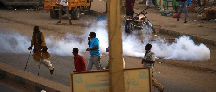 الشرطة السودانية تطلق قنابل الغاز على المحتجين
