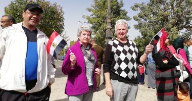 السائحون يحتفلون بعيد أسوان القومى وافتتاح السد العالى بأعلام مصر