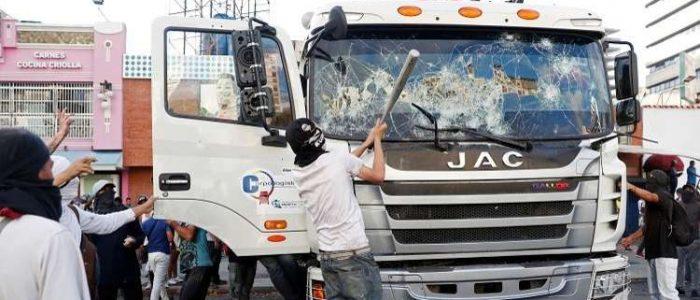 انفجارات ومواجهات حامية في كاراكاس بين الموالين والمعارضين في فنزويلا