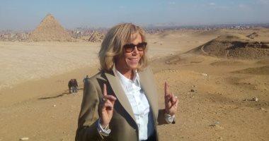 بريجيت ماكرون تعبر عن انبهارها بعبقرية المصريين القدماء فى جولة الأهرامات