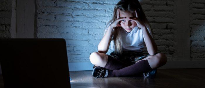 كيف تعرف أن طفلك يتعرّض للاستمالة الجنسية على الإنترنت؟