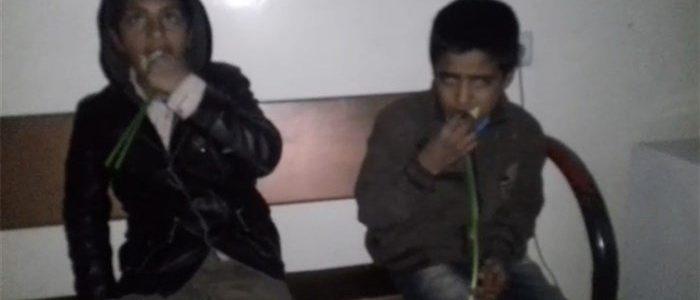 موظف إيراني يسيء لطفلين افغانيين ويجبرهما علي أكل الزهور