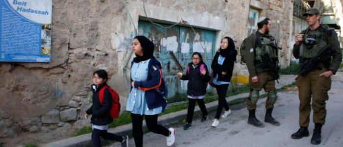 إصابة 30 طفلا فلسطينيا جراء اعتداءات إسرائيلية على مدرسة بالخليل