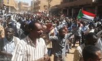 تاريخ الانقلابات العسكرية في السودان يدفع المعارضة لرفض عزل البشير فقط