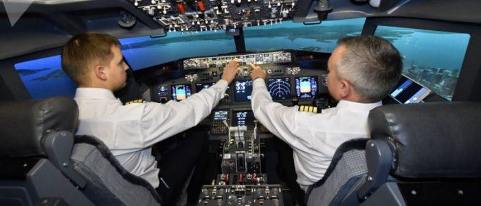 طيار ينام داخل قمرة قيادة طائرة أثناء تحليقها