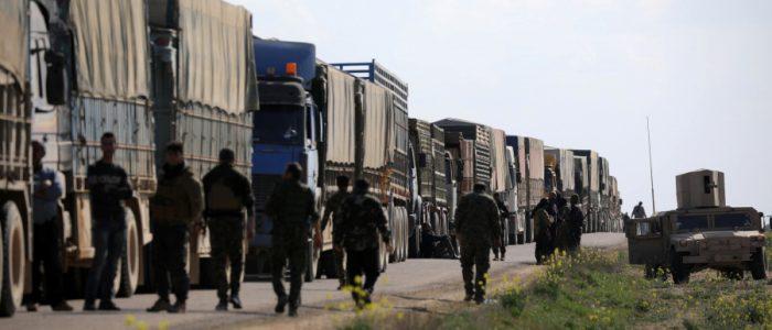 عشرات الشاحنات تحمل مقاتلي داعش وتغادر آخر معاقل التنظيم بسوريا
