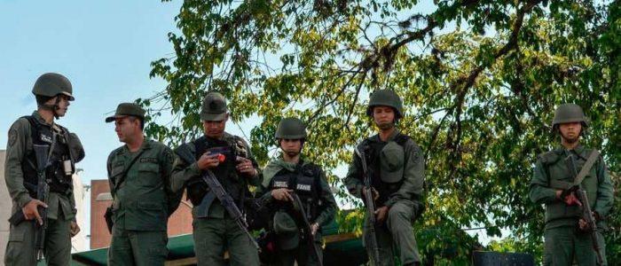 تصاعد أزمة فنزويلا.. انشقاق 100 عسكري