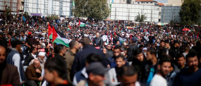 """لليوم الثاني .. أنصار """"حماس"""" ودحلان يواصلون التظاهر في غزة ضد عباس"""