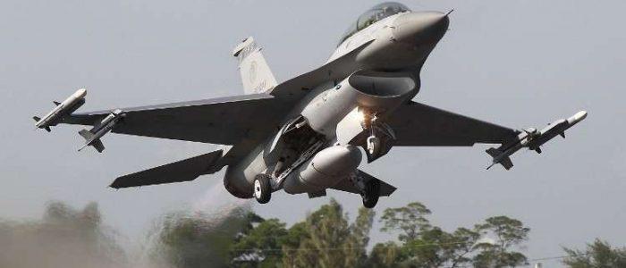 تحطم مقاتلة يابانية F-2 وسقوطها في البحر