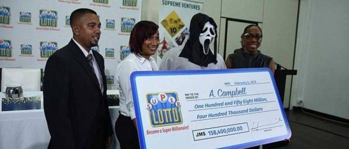 لماذا أخفى فائز جائزة اليانصيب وجهه عند استلام المليون دولار؟