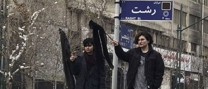 شرطة الأخلاق السرية ترشُّ الغاز في وجه امرأة إيرانية