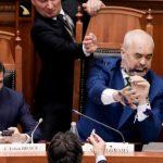 نائب معارض يرش الحبر على رئيس وزراء ألبانيا في البرلمان