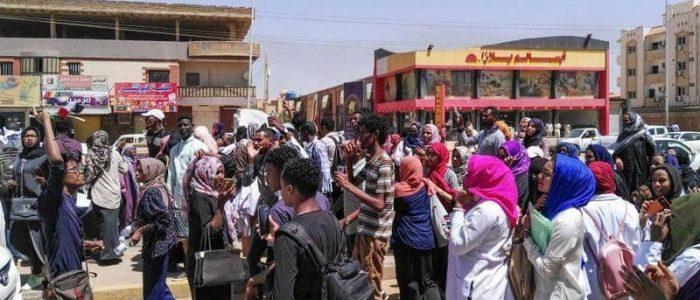 إطلاق قنابل الغاز على متظاهرين بأم درمان في السودان