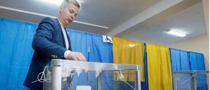 الأوكرانيون قد يختارون ممثلا كوميديا رئيسا للبلاد في جولة الإعادة
