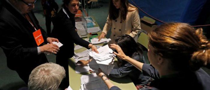 الاشتراكيون في إسبانيا يتقدمون في الانتخابات لكن دون أغلبية