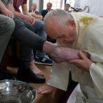 البابا فرانسيس يغسل ويقبل أقدام 12 سجينا في طقس خميس العهد