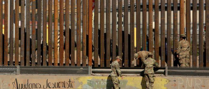 نيوزويك: جنود مكسيكيون يتعرضون لعسكريين أمريكيين اثنين بقوة السلاح عند الحدود