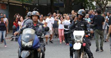 زعيم المعارضة الفنزويلية يقود حشد هائل من المعارضين وسط اصوات إطلاق نار