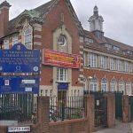 مدرسة بريطانية تعيين مدرس لا يقرأ ولا يكتب