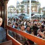 """أردوغان يتجول في اسطنبول على متن ترام """"تاريخي"""""""