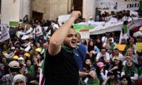 المحتجون علقوا أكياس قمامة مكان الملصقات.. الجزائريون يرفضون الانتخابات الرئاسية لعلاقة المرشحين ببوتفليقة