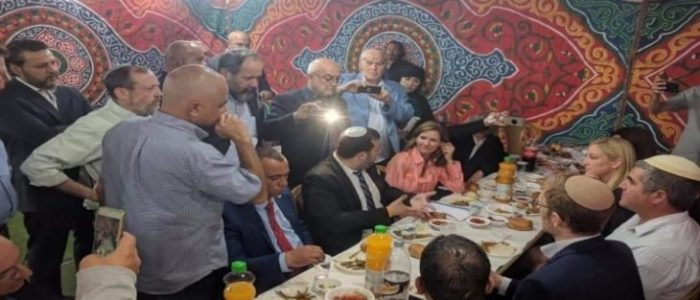 """""""إفطار تطبيعي"""".. يثير غضبا عارما في الأراضي الفلسطينية!"""