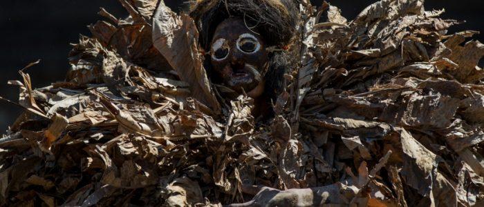قرية إندونيسية تترك الجثث لتتعفن وتسمح للسياح بلمس رفات الموتى