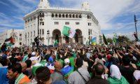 مسيرة لآلاف الطلبة بالعاصمة والشرطة تطوّق البرلمان الجزائري